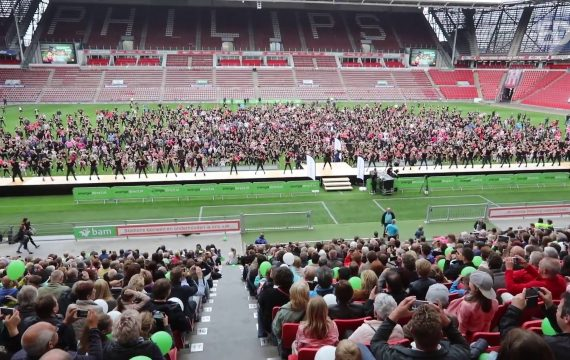Mega dans festijn PSV stadion